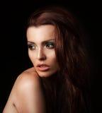 Bello youngwoman in una posizione dello studio fotografie stock