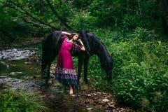 Bello zingaro in vestito viola Fotografia Stock