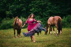 Bello zingaro in vestito viola Fotografia Stock Libera da Diritti