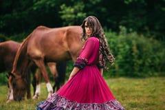 Bello zingaro in vestito viola immagine stock