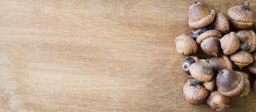 Bellotas en la tabla de madera Imagen de archivo libre de regalías