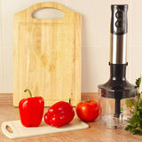 Bellpepper rojo con el tomate y una licuadora en la tabla de cocina Imagen de archivo libre de regalías