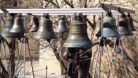 Bellringer soa os sinos. Yaroslavl, Rússia. vídeos de arquivo