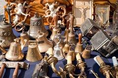 Bells et d'autres choses à vendre sur un marché aux puces Photo stock