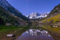 Bells marron la nuit avec la manière laiteuse évidente Aspen Colorado Images libres de droits