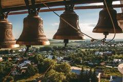 Bells sur un beffroi Vue de la tour de cloche à la ville Image libre de droits