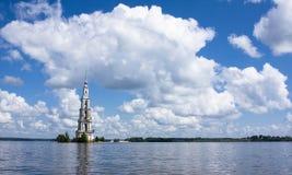 Belltower auf Fluss Volga, Kalyazin, Russland Lizenzfreie Stockbilder