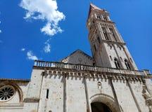 Belltower da catedral de St Lawrence na baixa de Trogir, Croácia foto de stock royalty free