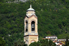 Belltower da igreja no foreshore do lago Como Fotografia de Stock
