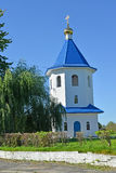 Belltower der Kirche zu Ehren einer Ikone der Mutter von Gott ` Zeichen ` im Sommer Znamensk, Kaliningrad-Region Stockfotografie