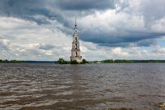 Belltower des St. Nicholas Cathedral, Kalyazin, Russland Lizenzfreie Stockbilder