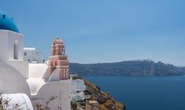 Belltower e campane sulla chiesa greco ortodossa a OIA immagini stock