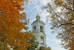 Belltower e fogliame di autunno Fotografia Stock Libera da Diritti