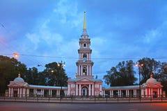 Belltower - iglesia de la entrada en un nombre de los santos Kirill y Mefodiy en St Petersburg, Rusia imagen de archivo