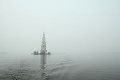 Belltower inundado famoso e bonito no rio Volga em um dia nebuloso chuvoso do outono Kalyazin, Rússia Imagens de Stock Royalty Free
