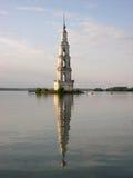 Belltower nel mezzo del lago Immagini Stock
