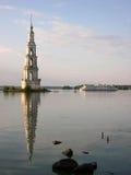 Belltower nel mezzo del lago Immagine Stock