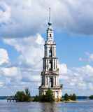 Belltower no rio Volga, Kalyazin, Rússia foto de stock