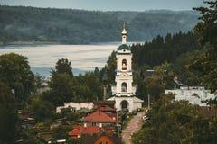 Belltower sulla banca del fiume Volga Immagini Stock