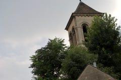 Belltower van Franse die kerk, door bomen wordt omringd royalty-vrije stock foto's