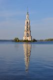 belltower översvämmad kalyazin Arkivbild