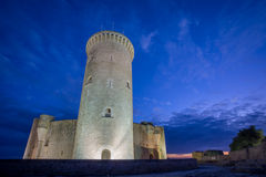 Bellver在日落的城堡塔在马略卡,广角 库存照片