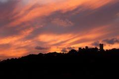 Bellver城堡剪影反对剧烈的日落天空的 帕尔马,马略卡 免版税库存照片