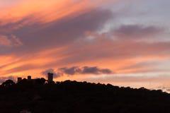 Bellver城堡剪影反对剧烈的日落天空的 帕尔马,马略卡 图库摄影