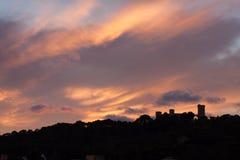 Bellver城堡剪影反对剧烈的日落天空的 帕尔马,马略卡 免版税库存图片