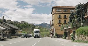 Bellver de Cerdanya, Καταλωνία, Ισπανία Κυκλοφορία, Drive αυτοκινήτων στο δρόμο ν-260 μέσω της πόλης σε Comarca Cerdanya, επαρχία φιλμ μικρού μήκους