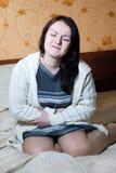 belly ее женщина боли Стоковое Изображение