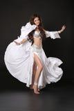 Bellydance Красивая женщина исполнительницы танца живота в белом сияющем костюме Стоковые Фото