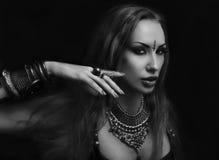 Bellydancer -性感的衣物的美丽的妇女有东部的做 免版税库存照片