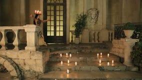 Bellydancer con las velas y en ropa hermosa almacen de metraje de vídeo