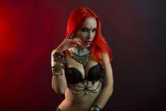 Bellydancer - de Mooie Vrouw in Sexy Kleding met Oostelijk maakt stock afbeelding