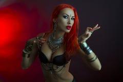 Bellydancer - la bella donna in abbigliamento sexy con orientale fa Fotografie Stock
