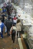 BELO HORIZONTE BRASILIEN - JULI 28: Folk som ser caged fåglar Arkivbilder