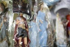 BELO HORIZONTE, EL BRASIL - 28 DE JULIO: Iconos religiosos envueltos en el pla Imagenes de archivo