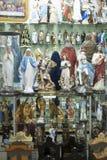 BELO HORIZONTE, EL BRASIL - 28 DE JULIO: Iconos religiosos envueltos en el pla Foto de archivo libre de regalías