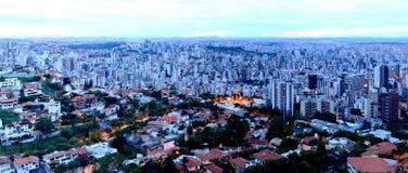 Belo Horizonte vid natt. Arkivfoto