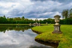 Beloeil城堡池塘与剧烈的天空的 免版税库存图片