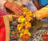 belofte Hand op hand Indisch huwelijk Bruid en bruidegom royalty-vrije stock afbeeldingen