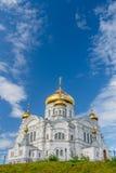 Belogorsky domkyrka Rysk ortodox kyrka som täckas med guld under blåa himlar Royaltyfri Fotografi
