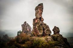 Belogradchik vaggar i dimman Arkivbilder