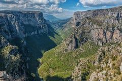 Beloi synvinkel över den Vikos klyftan i Zagori område i Grekland Royaltyfri Bild