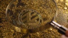 Belongs modelo a Cryptocurrency aumentó en la lupa de cristal almacen de metraje de vídeo