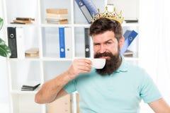 Beloning voor verse ideeën Zakenman in gouden kroon De gelukkige mens drinkt koffie Chef- werkplaats Gebaarde mens in zaken stock foto's