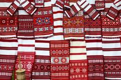 Belorussian vävde handdukar med den ljusa mångfärgade modellen Arkivbild