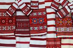 Belorussian vävde handdukar med den mångfärgade geometriska modellen Royaltyfria Bilder