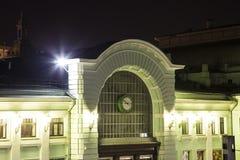 Belorussky火车站在晚上--是九个主要火车站之一在莫斯科,俄罗斯 免版税库存图片